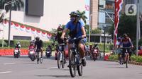 Pesepeda melintasi kawasan Bundaran HI, Jakarta, Minggu (16/8/2020). Dinas Perhubungan DKI Jakarta memastikan 32 kawasan khusus pesepeda (KKP) di lima wilayah kota administrasi di Ibu Kota ditiadakan mulai hari ini. (Liputan6.com/Angga Yuniar)