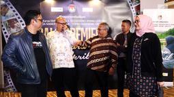 Ketua KPU Arief Budiman (tengah) bersama dengan anggota KPU, Ilham Saputra,Wahyu Setiawan, Evi Novida Ginting Manik dan Viryan berfoto sebelum nobar film perdana, Suara April di Jakarta, Jumat (15/3). (Liputan6.com/Johan Tallo)