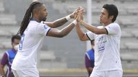 Pemain Arema FC, Carlos Fortes (kiri) melakukan selebrasi bersama Hanif Sjahbandi usai mencetak gol ke gawang Persipura Jayapura dalam laga pekan ke-5 BRI Liga 1 2021/2022 di Stadion Madya, Jakarta, Rabu, (29/9/2021). (Bola.com/ M Iqbal Ichsan)