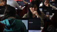 Beberapa peserta tes CPNS melakukan simulasi sistem tes seleksi CPNS berbasis on-line di Jakarta, (20/8/2014). (Liputan6.com/Miftahul Hayat)