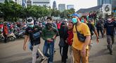 Petugas kepolisian mengamankan massa yang diduga hendak berbuat kericuhan saat aksi unjuk rasa di kawasan Patung Kuda, Jakarta, Kamis (22/10/2020). Penangkapan dilakuka  untuk mencegah hal hal yang tak di inginkan saat unjuk rasa. (Liputan6.com/Faizal Fanani)