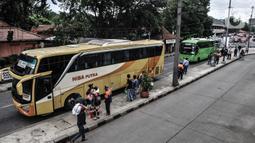 Suasana penumpang bus antarkota antarprovinsi (AKAP) saat tiba di Terminal Kampung Rambutan, Jakarta, Minggu (3/1/2021). Sementara pemudik yang diberangkatkan menuju luar Jakarta melalui Terminal Kampung Rambutan sebanyak 15.059 penumpang. (merdeka.com/Iqbal S. Nugroho)