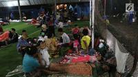 Warga korban Tsunami Anyer mengungsi di lapangan futsal Labuan, Banten, Minggu (23/12). Akibat adanya pengungsi, petugas medis dan Dinas Sosial dikerahkan untuk menangani pengungsi. (Liputan6.com/Angga Yuniar)