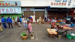 Suasana Pasar Pagi di Jalan Jenderal Sudirman, Salatiga, Jawa Tengah, Rabu (29/04). Pasar Pagi Salatiga menerapkan physical distancing atau jaga jarak aman untuk mencegah penularan virus corona COVID-19. (Liputan6.com/Gholib)
