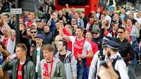 Pendukung Ajax Amsterdam saat menyambang kota London untuk menyaksikan laga leg pertama semifinal Liga Champions kontra Tottenham Hotspur di Tottenham Spurs Stadium, 30 April 2019. (AFP/Tolga Akmen)