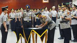 Kapolri Jenderal Tito Karnavian (kiri) menyaksikan Kabareskrim Irjen Pol Idham Azis menandatangani dokumen saat sertijab di Jakarta, Kamis (24/1). Tito memimpin langsung sertijab 17 perwira tinggi Polri. (Merdeka.com/Imam Buhori)