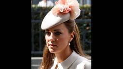 Penampilan ibu dari Pangeran George itu semakin elegan dengan millinery hat berhiaskan bunga mawar pink, Senin (4/8/14). (REUTERS/Pascal Rossignol)