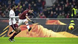 Gelandang AC Milan, Hakan Calhanoglu menembak bola saat mencetak gol ke gawang Torino pada pertandingan Liga Serie A Italia di stadion san Siro di Milan pada 28 Januari 2020. Kepastian kepindahan Calhanoglu ke Inter diumumkan langsung oleh klub, Selasa (22/6/2021) malam WIB. (AFP/Miguel Medina)