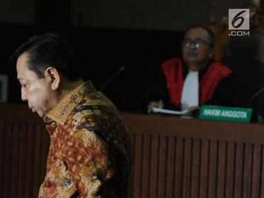 Terdakwa korupsi proyek e-KTP, Setya Novanto saat mengikuti sidang pembacaan putusan di Pengadilan Tipikor, Jakarta, Selasa (24/4). Setya Novanto divonis hukuman pidana 15 tahun penjara dan denda Rp 500 juta. (Liputan6.com/Helmi Fithriansyah)