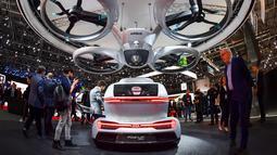"""Mobil keluaran Audi """"Pop.up next"""" yang  dipamerkan dalam Geneva International Motor Show di Jenewa (6/3). Mobil terbang Audi ini menggunakan tenaga listrik, dan bisa mendarat  horizontal dan vertikal. (AFP Photo/Fabrice Coffrini)"""