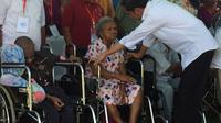 Presiden Jokowi menyerahkan 5 program bantuan pemerintah kepada warga Manokwari, Papua Barat.
