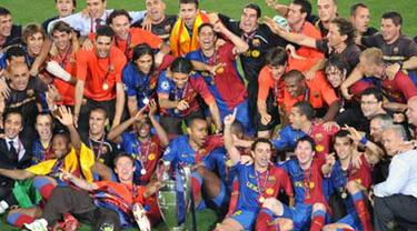 FC Barcelona's players celebrate with Champions League Cup after the trophy ceremony on May 27, 2009 at Olympic Stadium in Rome. Barcelona defeated Manchester United 2-0 in the final of the UEFA Champions League. AFP PHOTO/MLADEN ANTONOV