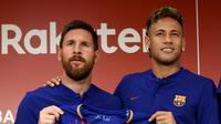 Pemain Barcelona, Lionel Messi dan Neymar menunjukan jersey baru La Blaugrana di Tokyo, Jepang (13/7).  Barcelona resmi merilis jersey baru dengan Rakuten sebagai sponsor utama musim ini. (AFP/Toru Yamanaka)