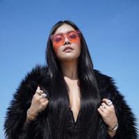 Sering dikritik, tampilan penyanyi ini semakin seksi dramatis. (Sumber foto: denadaindonesia/instagram)