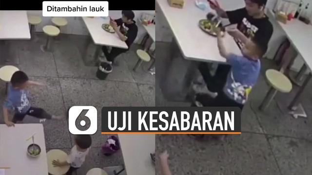 Rasa sabar harus diterima oleh seorang pria ini ketika makanannya kejatuhan sandal bocah yang sedang bermain.