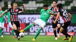 Gelandang Eintracht Frankfurt, Makoto Hasebe, berebut bola dengan pemain Werder Bremen pada laga lanjutan Bundesliga di Weser Stadion, Kamis (4/6/2020) dini hari WIB. Frankfurt menang 3-0 atas Bremen. (AFP/Stuart Franklin/pool)