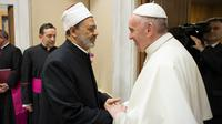 Pemimpin umat Katolik dunia, Paus Fransiskus bertemu dengan Imam Besar Masjid Al-Azhar, Ahmed al-Tayeb di Vatikan, Selasa (7/11). Keduanya melakukan pertemuan secara pribadi dan tertutup di kantor Paus Fransiskus. (L'Osservatore Romano/Pool via AP)