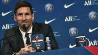 Pemain baru Paris Saint-Germain (PSG), Lionel Messi memberikan keterangan selama pers konferensi di stadion Parc des Princes di Paris, Rabu (11/8/2021). Messi dikontrak oleh PSG selama dua tahun dengan opsi perpanjangan setahun di klub kaya Paris itu. (STEPHANE DE SAKUTIN/AFP)