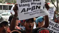 Massa menuntut KPK untuk mengusut tuntas skandal korupsi BLBI dan pencabutan Inpres No. 8 tahun 2002, Jakarta, Selasa (26/8/14). (Liputan6.com/Miftahul Hayat)