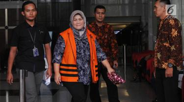 Bupati nonaktif Bekasi Neneng Hasanah Yasin berjalan keluar Gedung KPK seusai menjalani pemeriksaan, Jakarta, Rabu (7/11). Neneng diminta mencocokkan suaranya oleh penyidik terkait kasus dugaan suap perizinan proyek Meikarta. (Merdeka.com/Dwi Narwoko)