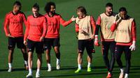 Para pemain Real Madrid bersiap mengikuti sesi pelatihan tim di Valdebebas, Spanyol (22/10). Madrid akan bertanding melawan FC Viktoria Plzen pada lanjutan grup G Liga Champions. (AFP Photo/Gabriel Bouys)