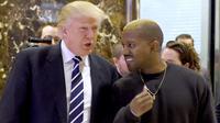 Presiden AS terpilih, Donald Trump dan Kanye West bebrincang sambil berjalan di lobi Trump Tower, New York, Selasa (13/12). Trump dan Kanye West melakukan pertemuan tertutup untuk membahas masalah multikultural. (TIMOTHY A. CLARY/AFP)