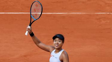 Petenis Jepang Naomi Osaka berselebrasi merayakan kemenangan pada putaran pertama turnamen tenis Prancis Terbuka usai melawan petenis Slovakia Anna Karolina Schmiedlova di stadion Roland Garros, Paris (28/5/2019). Naomi Osaka menang tiga set, 0-6, 7-6 (7-4), 6-1. (AP Photo/Christophe Ena)