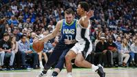 Luka Doncic (no 77) memimpin Mavericks mengalahkan Spurs (AP)