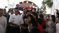 Gubernur DKI Jakarta Anies Baswedan menyapa jamaah menjelang misa malam Natal di Gereja Katedral, Jakarta, Senin (24/12). Anies menyampaikan terima kasih kepada seluruh jamaah dalam menjaga meneduhkan kedamaian. (Liputan6.com/Herman Zakharia)