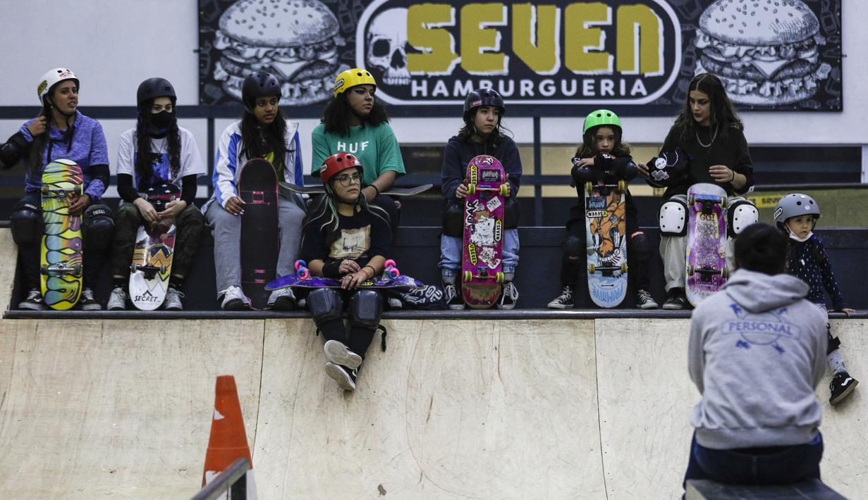 Gadis-gadis berkumpul saat latihan dalam acara Girl Power Day di Sao Paulo, Brasil, Rabu (4/8/2021). Keberhasilan atlet muda Brasil Rayssa Leal (13) meraih medali perak Olimpiade Tokyo 2020 membuat perempuan muda di negaranya berharap menjadi bintang skateboard berikutnya. (AP Photo/Marcelo Chello)