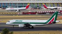 Ilustrasi maskapai penerbangan Alitalia. (dok. Unsplash.com/@maswdl95)