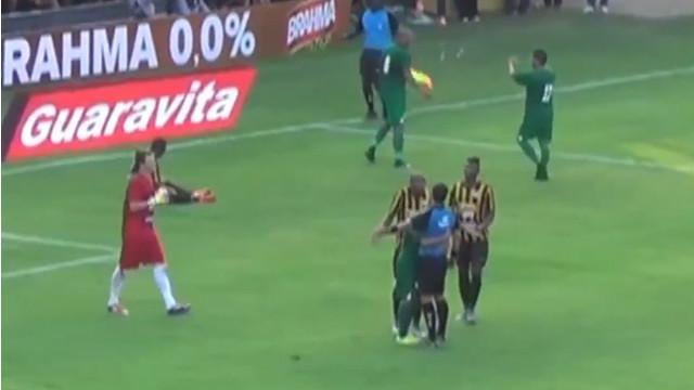 Video cuplikan wasit Carlos Braga asal Brasil yang mendapat hadiah pelukan dari pemain usai menunjuk titik penalti karena pelanggaran dalam laga antara Tigres vs Boavista di Brasil.