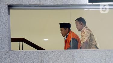 Bupati nonaktif Sidoarjo Saiful Ilah (kiri) menaiki tangga menuju ruang pemeriksaan di Gedung KPK, Jakarta, Jumat (6/3/2020). Saiful Ilah diperiksa sebagai tersangka untuk melengkapi berkas terkait dugaan menerima suap proyek infrastruktur di Dinas PUPR Kabupaten Sidoarjo. (merdeka.com/Dwi Narwoko)