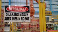 Pengoperasian pabrik Federal Oil menggunakan robot, Cilegon, Banten. (Herdi/Liputan6.com)