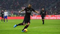 Striker AC Milan, Zlatan Ibrahimovic menendang bola saat bertanding melawan Sampdoria pada pertandingan lanjutan Liga Serie A Italia di stadion San Siro (6/1/2020).  Di AC Milan, Ibrahimovic mengenakan nomor punggung 21. (AFP/Miguel Medina)