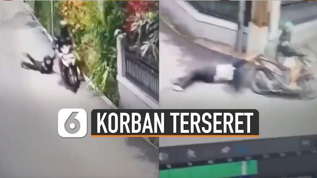 Korban berusaha menghentikan aksi tersebut dengan memegangi motor pelaku hingga mengakibatkan korban terseret.