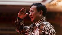Ketua Umum Partai Gerindra Prabowo Subianto memberi hormat saat menghadiri Kongres V PDIP di Bali, Kamis (8/8/2019). Kedatangan Prabowo cukup bikin heboh peserta Kongres PDIP. (Liputan6.com/JohanTallo)