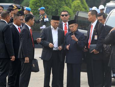 Presiden ke-3 RI BJ Habibie menghadiri pemakaman istri presiden ke-6 RI Susilo Bambang Yudhoyono (SBY), Ani Yudhoyono di Taman Makam Pahlawan (TMP) Kalibata, Jakarta, Minggu (2/6/2019). (Liputan6.com/JohanTallo)