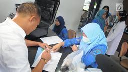 Petugas kepolisian RDTL melakukan pengisian data saat menyerahkan sampel prekursor ke Laboratorium Narkotik BNN di Jakarta, Jumat (9/2). (Liputan6.com/Herman Zakharia)