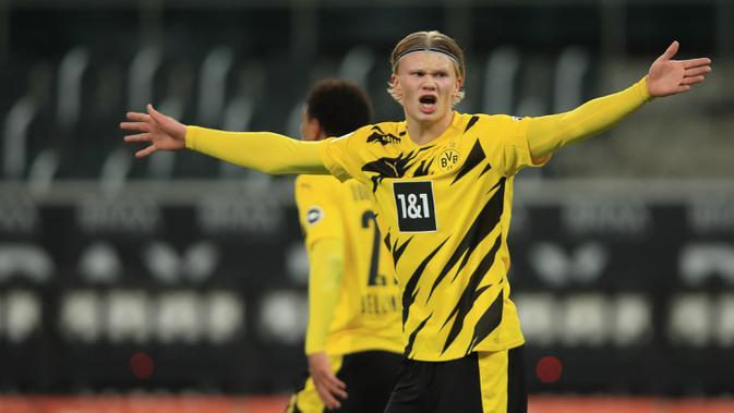 Striker Borussia Dortmund, Erling Braut Haaland tampak kecewa saat menghadapi Borussia Moenchengladbach dalam laga lanjutan Liga Jerman 2020/21 pekan ke-18 di Borussia Park, Jumat (22/1/2021). Dortmund kalah 2-4 dari Moenchengladbach. (AFP/Wolfgang Rattay/Pool)