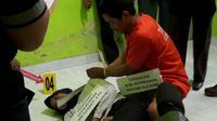 RS alias Romi Cabe (31) sedang melakukan proses rekonstruksi kasus pembunuhan di Bengkulu (Liputan6.com/Yuliardi Hardjo)