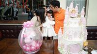 Angela Tanoesoedibjo dan keluarga tengah merayakan ulang tahun putrinya, Madeline Dharmajaya yang ulang tahun ke-5. (dok. Instagram @angelatanoesoedibjo/https://www.instagram.com/p/B9b-MqJh4jc/Putu Elmira)