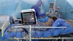 Seorang petugas medis membantu rekannya mengenakan alat pelindung diri di sebuah rumah sakit di Kairo, 14 Juli 2020. Mesir pada Selasa (14/7) mengonfirmasi 929 kasus baru infeksi COVID-19, sehingga menambah jumlah kasus di negara itu menjadi 83.930. (Xinhua/Ahmed Gomaa)