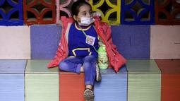 Seorang siswa menunggu untuk pulang di sebuah sekolah di Beirut, Lebanon, pada 2 Desember 2020. Siswa kembali ke sekolah seiring langkah Lebanon yang mulai mencabut karantina wilayah (lockdown) secara bertahap mulai Senin (30/11). (Xinhua/Bilal Jawich)