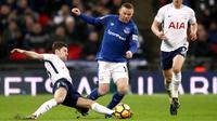Penyerang Everton Wayne Rooney berebut bola dengan pemain Tottenham Hotspur Ben Davies saat pertandingan Liga Primer di Stadion Wembley, London (13/1). (John Walton/PA via AP)