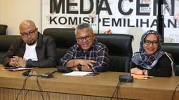 Ketua KPU Arief Budiman (tengah) saat jumpa pers di kantor KPU, Jakarta, Minggu (8/7). KPU RI menerima hasil rekapitulasi perolehan suara dari 111 daerahi yang menyelenggarakan pilkada 27 Juni. (Liputan6.com/Herman Zakharia)