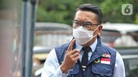 Gubernur Jawa Barat Ridwan Kamil saat meninjau pelaksanan simulasi vaksinasi COVID-19 di Puskesmas Tapos, Depok, Jawa Barat, Kamis (22/10/2020). Simulasi yang dilakukan sesuai Standar Operasional Prosedur itu untuk persiapan vaksinasi pada November 2020. (Liputan6.com/ Herman Zakharia)