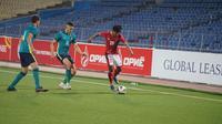 Pemain Timnas Indonesia U-23, Bagus Kahfi (kanan), mencoba melepaskan diri dari kawalan dua pemain Australia U-23. (dok. PSSI)