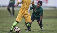 Gelandang Timnas Indonesia U-22, Gian Zola, berusaha merebut bola saat melawan PS Badung pada laga uji coba di Stadion I Wayan Dipta Gianyar, Bali, Jumat (28/7/2017). Timnas menang 6-1 atas PS Badung. (Bola.com/Vitalis Yogi Trisna)
