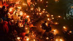 Umat Hindu Nepal mengarungi lampu minyak untuk mengenang anggota keluarga yang meninggal selama festival Bala Chaturdashi di Kuil Pashupatinath di Kathmandu (6/12). (AFP Photo/Prakash Mathema)
